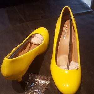 Forever Women's Yellow patent pumps